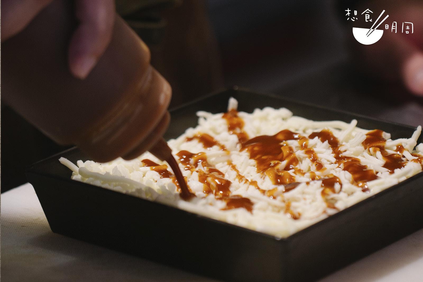 先放芝士後茄汁,就是底特律薄餅的特色之一!