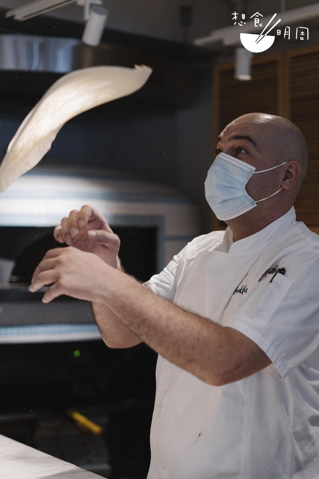 Chef Michel認為「空中開皮」只是一種表演,讓客人看得開心而已。