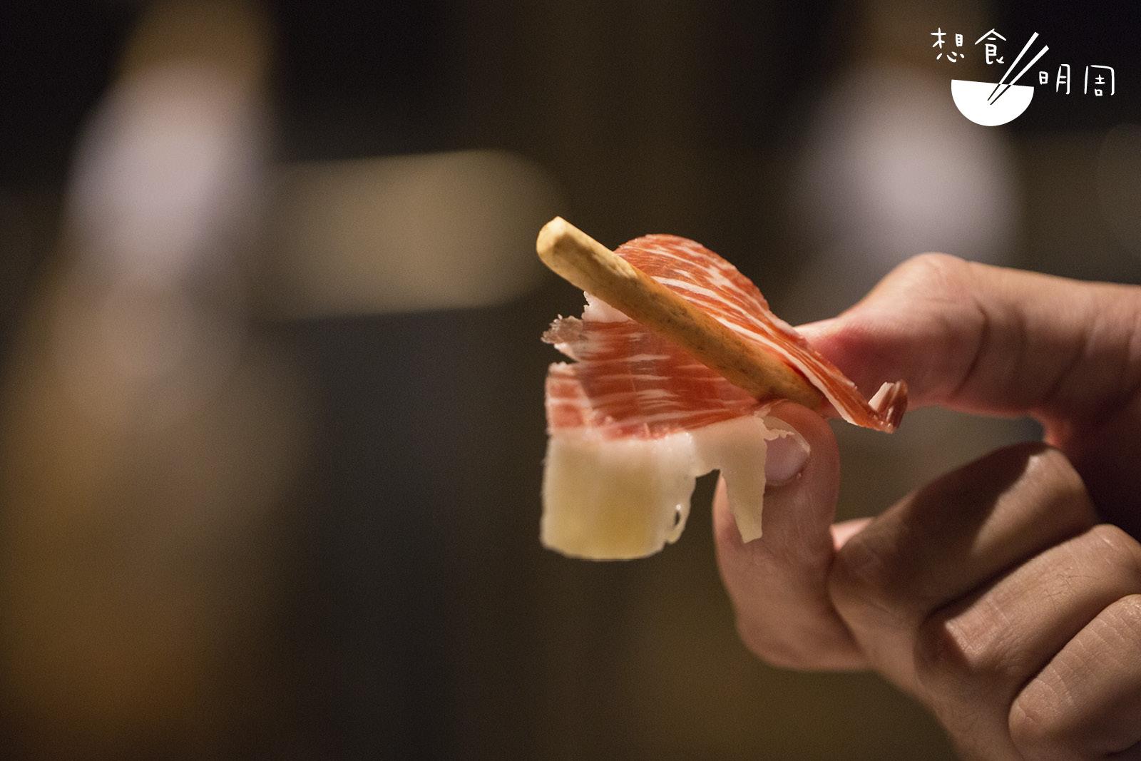 西班牙人喜歡以火腿捲起無味的餅乾食用,增強口感!