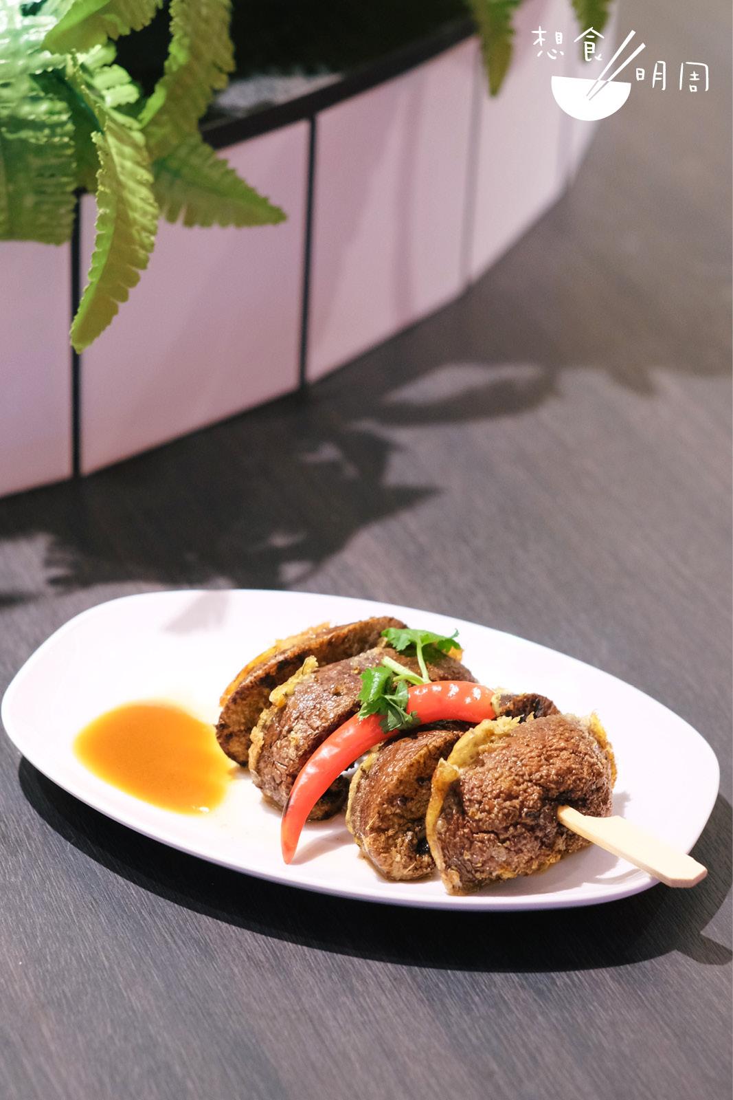 把秘製香料灑上大啡菇,雖然菇菌燒烤得恰到好處,但味道有點過濃,適合分享食用。($16)