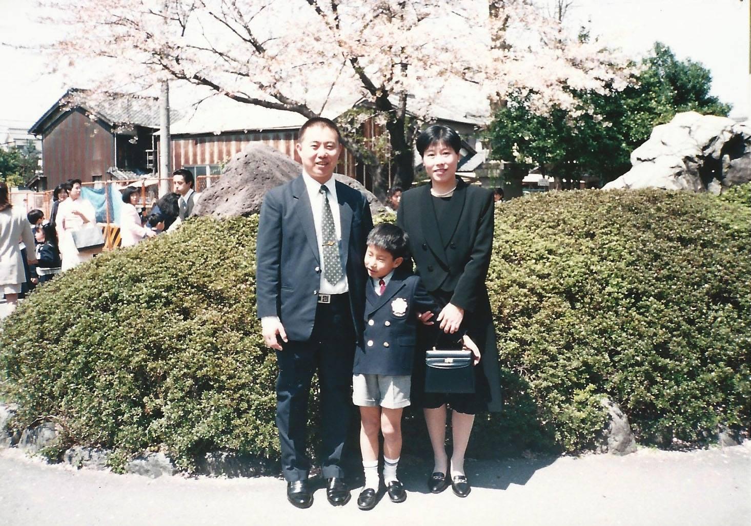 柳廣成與父母在小學的開學禮上合照。