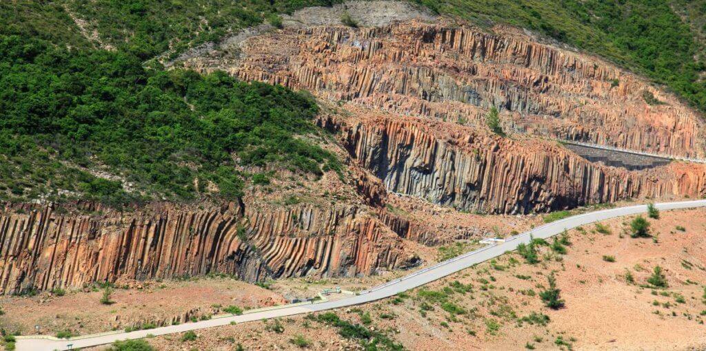 萬宜地質步道位於西貢萬宜水庫東壩,以雄偉的六角形岩柱景觀聞名。