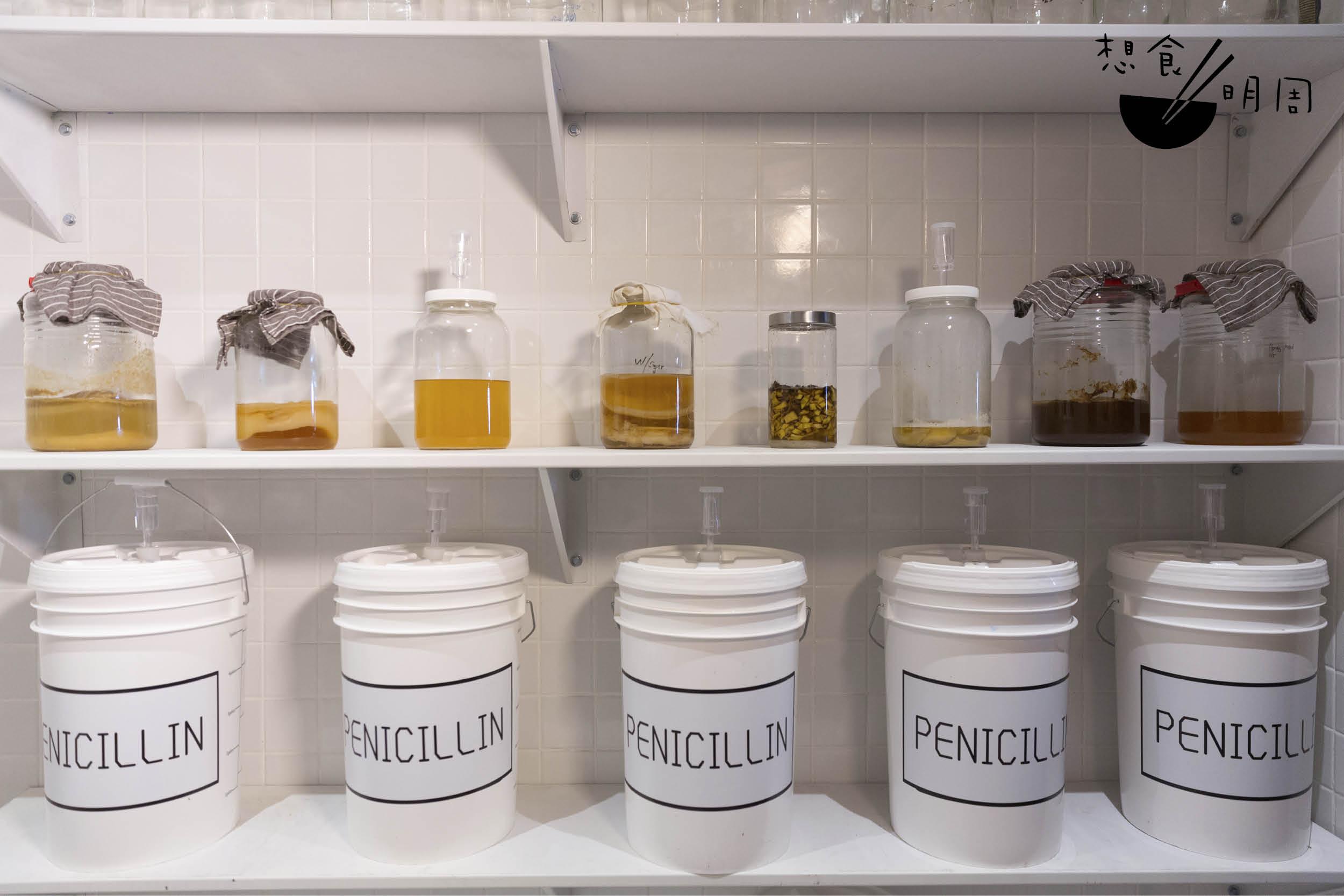 酒吧內特別預留空間作為發酵室,研究各類發酵法,把廚餘升級成各款發酵酒,或是配搭小食的漬物。