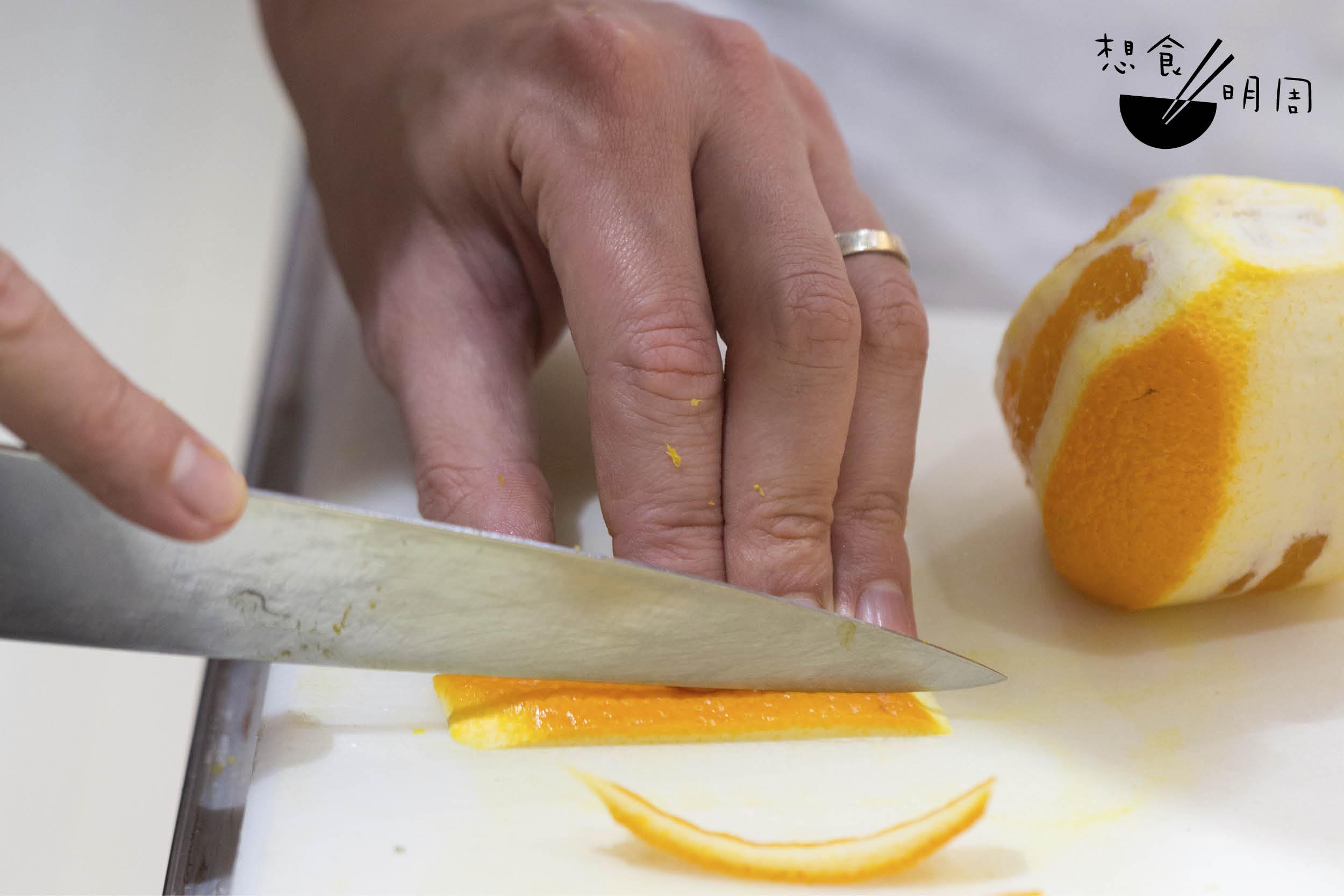 橙皮每條大小相若不只是為了工整好看,而是要確保製作時,大鍋之中的每條橙皮都能平均漬煮。
