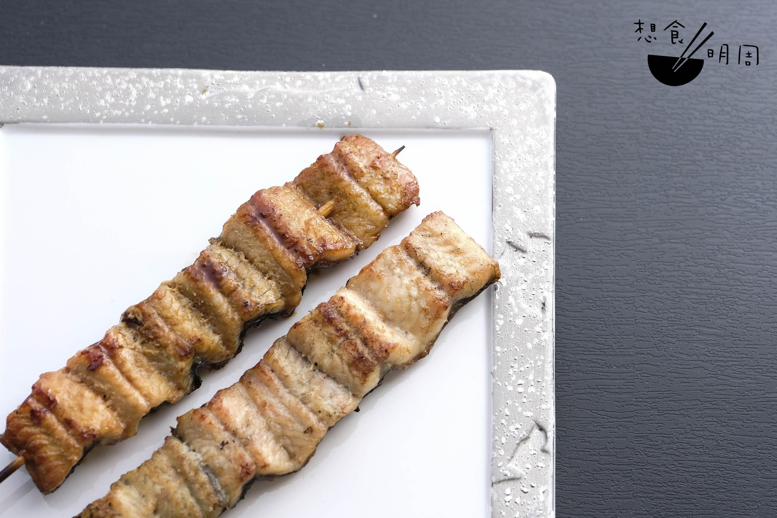較深色的一串(左)是蒲燒鰻魚串($110),淺色的一串(右)則是白燒鰻魚串($110)。