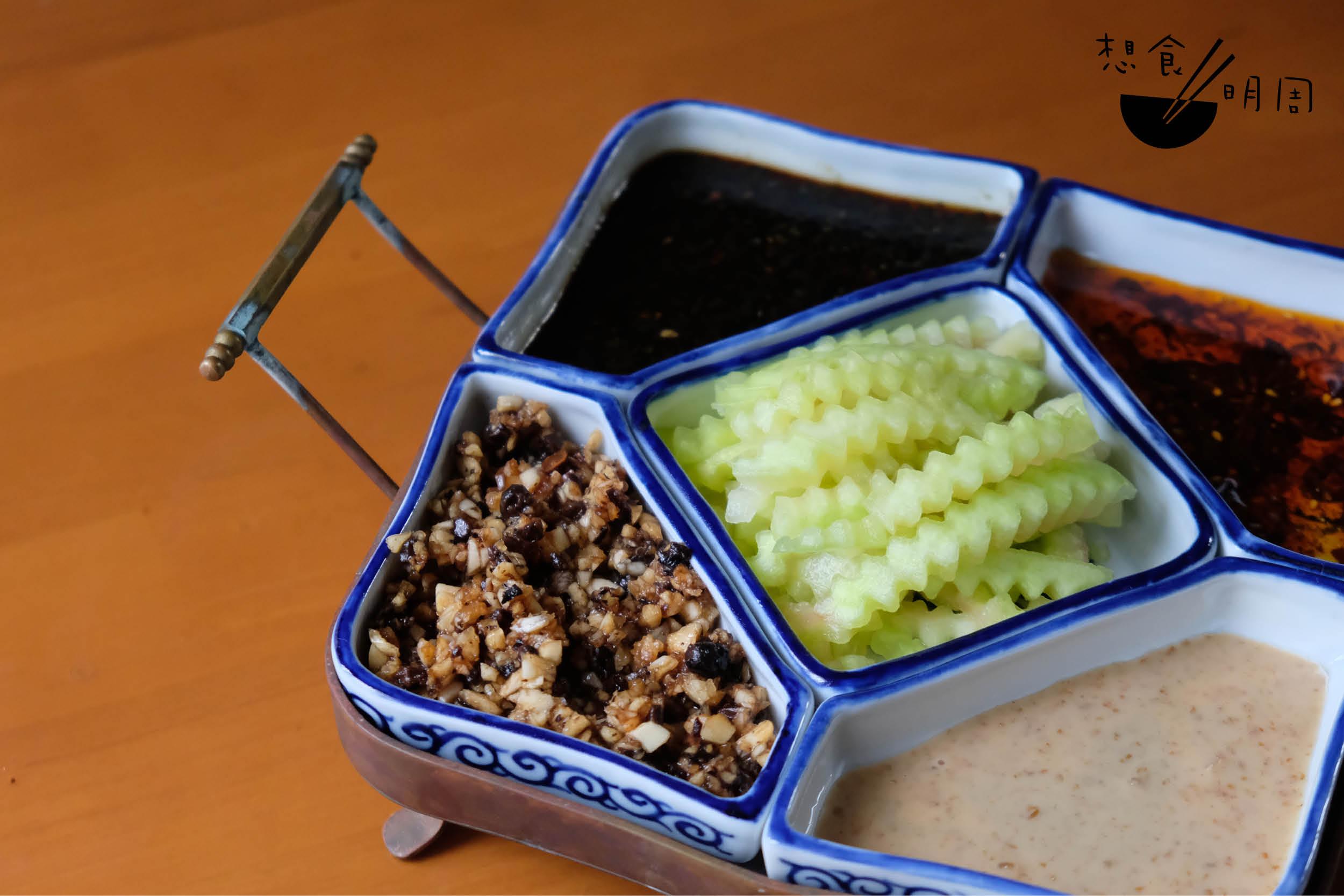 四式調味蘸醬: 左上:辣茜豉油 左下:蒜蓉豆豉醬 右上:青花椒辣油 右下:芝麻醬