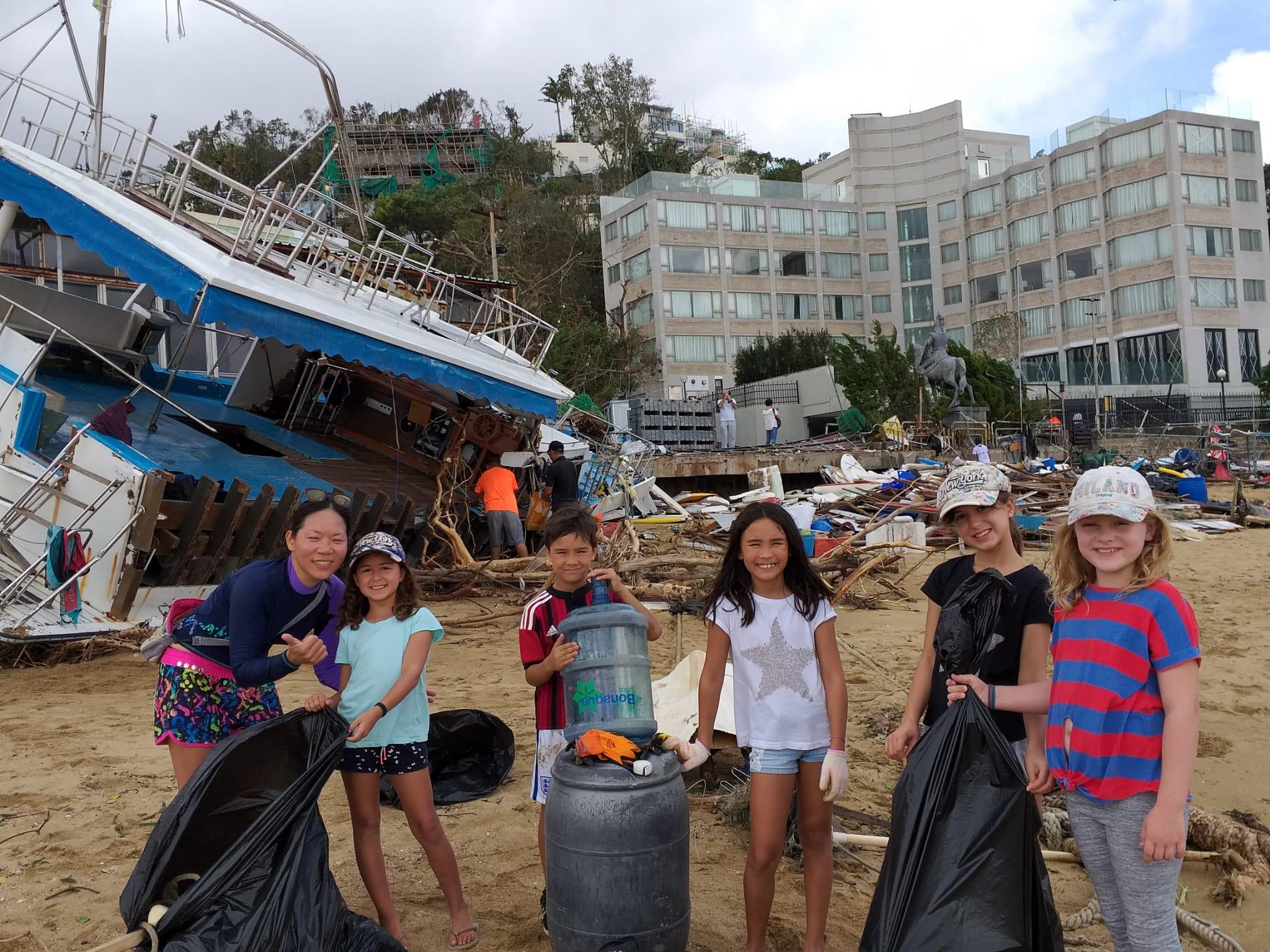 山竹後,也有外籍小朋友跟Kitti一同淨灘。
