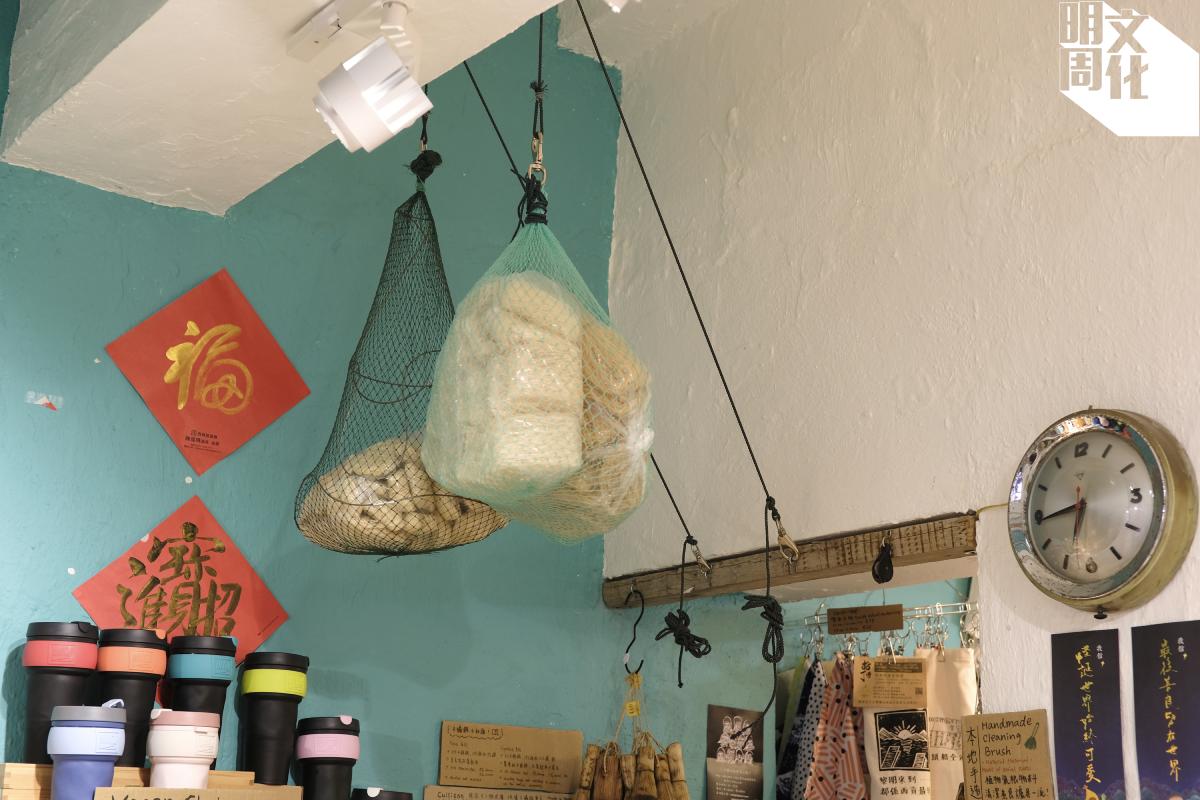 店舖擺設甚有心思,以漁網袋裝麵,顯出了地區特色。