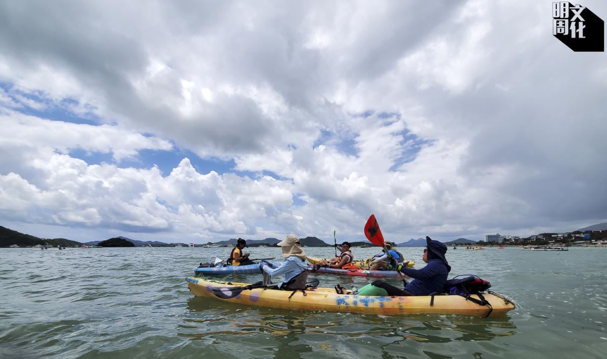 撐着獨木舟的義工,恍如一隊海洋拯救隊。