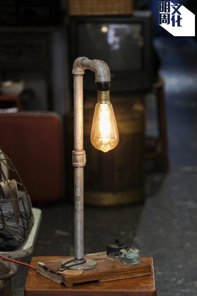 KK常有很多點子把舊物升級再造,這是他改造的水管燈。