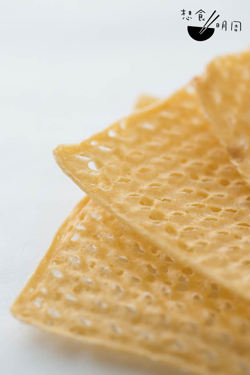 為了讓春卷更香脆,洪師傅想出用格仔窩夫皮取代傳統春卷皮。
