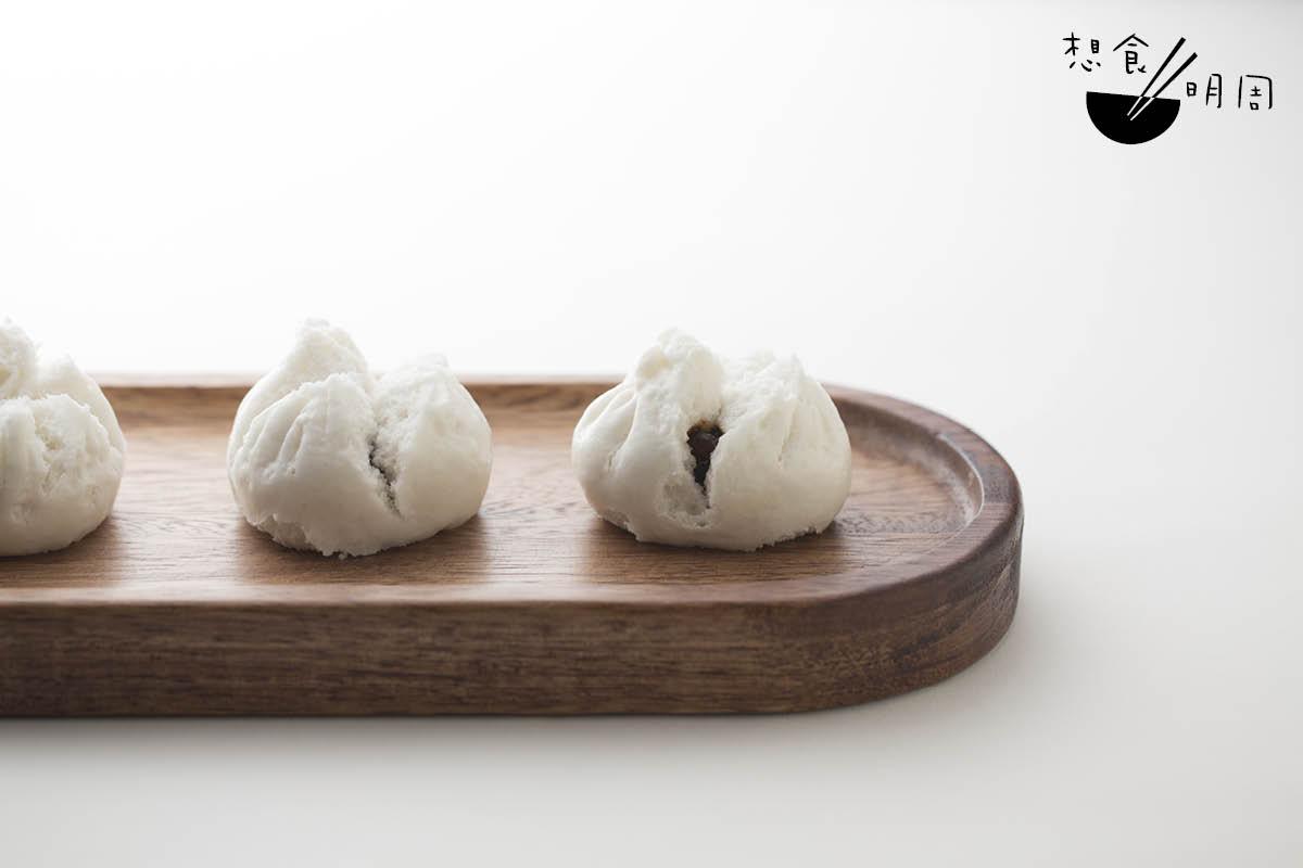 蠔皇叉燒包//每顆都爆開成「四瓣」,吃來鬆化自然,麵香細膩,與鹹中帶甜的叉燒餡非常匹配。還欣賞這裏的做得大小適中,吃兩個也不飽膩。($90/份)