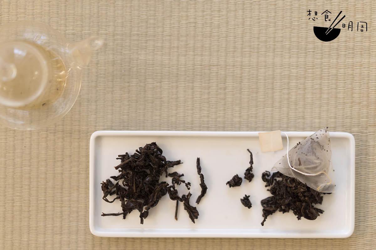 圖為台灣紅烏龍茶,不過左面的茶葉,沖泡前先拆除茶袋,因舒展空間充足,故此茶葉由球狀鬆開成長條索;右面的茶葉,則在茶袋內沖泡,顯然未有充分舒展,故茶味也偏淡薄。