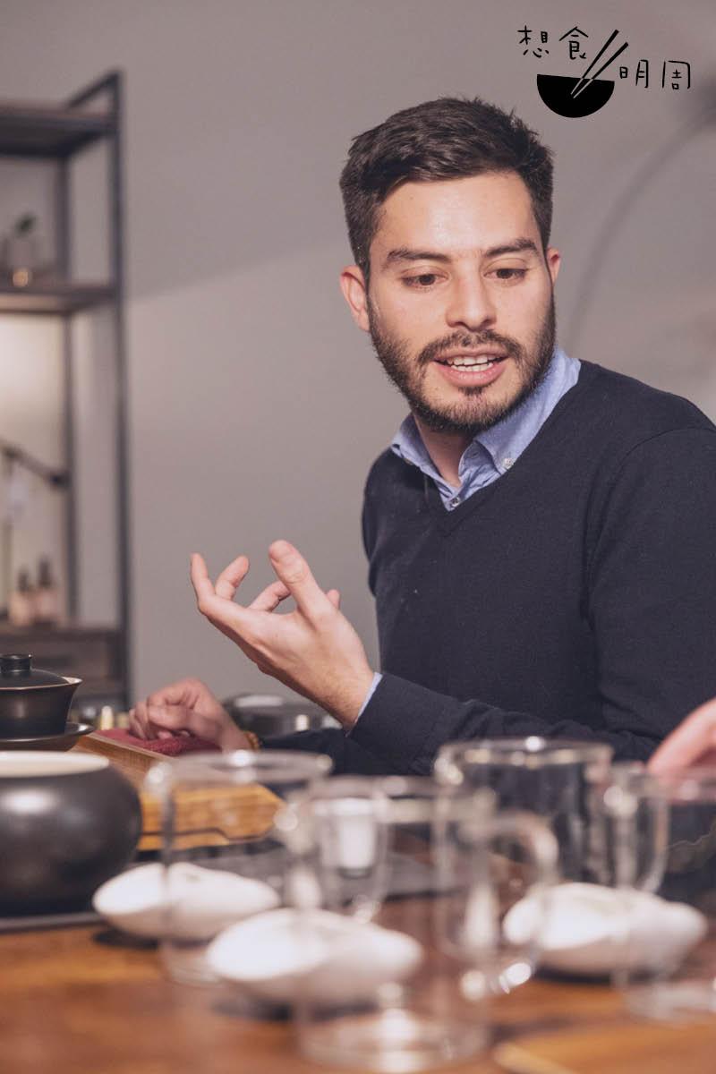 德國高級茶葉品牌Paper & Tea 茶藝大師Eduardo Anfossi認為,現代人普遍比上一代關心自己的身心健康,連帶改變審視周邊細微物事如茶包的看法。他認為拼配茶茶茶包品質有很多改進的空間,如原茶葉來源、茶包物料、天然香味等,一如品牌邁向之路。