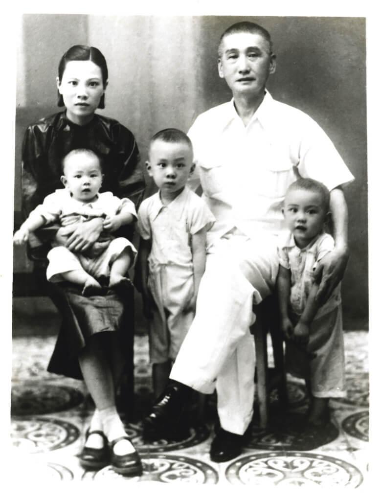 黃霑(正中)、父母及兩位弟弟,一九四○年代攝於 廣州。其後一家移居香港。