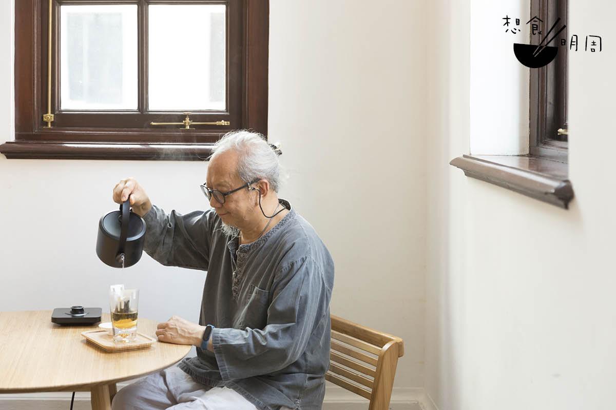 葉榮枝認為,沖原片中國茶包時,水流一定要慢,讓茶葉慢慢釋放茶香。