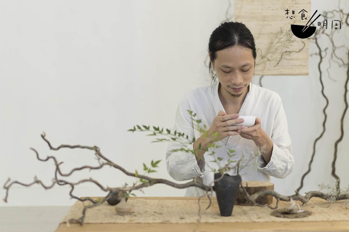 Season坦言說,自己受日本文化影響,對茶的包容度也較高;因此一襲別致茶席在前,即便手裏只有茶包,他也會想方法好好沖泡