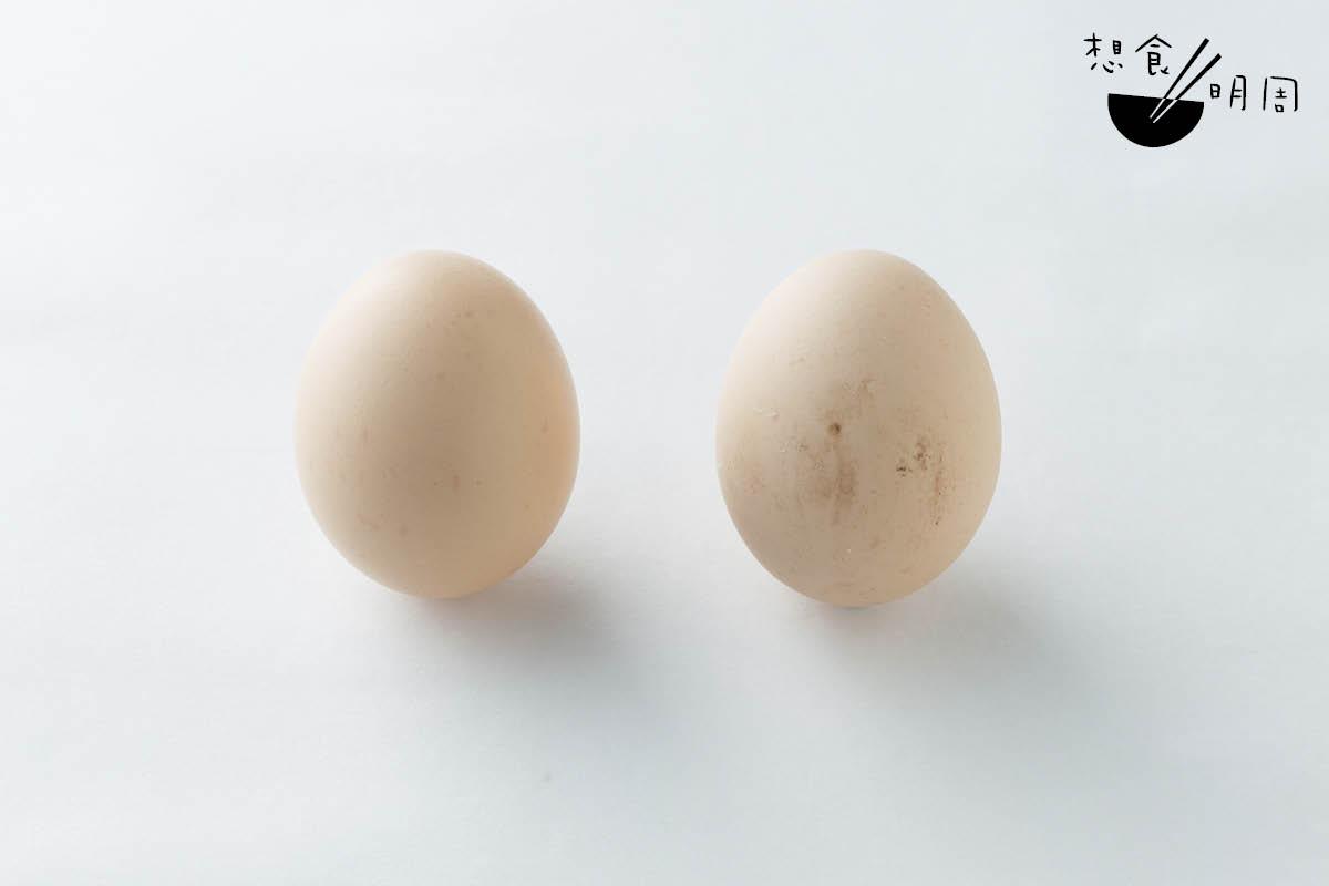 劉師傅現時用湖北蛋(左)做蛋撻。他指出,從前物資所限、衛生標準也未完善時,茶樓一般都用農家雞蛋(右)做點心,蛋香更勝一重。