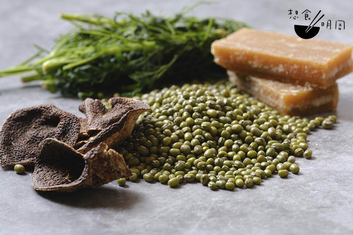 綠豆沙材料簡單,有綠豆、陳皮、臭草和片糖。Gigi說,綠豆宜用新豆,容易起殼;用片糖而非砂糖,味道更濃;陳皮則用十五年貨色。她還憶述,父親原本的食譜會加海帶,只是後來因易黏底而省略掉。