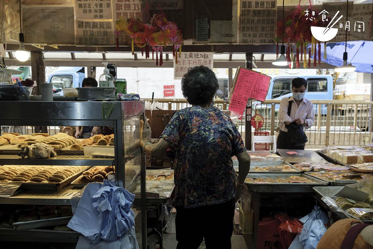 吳均平母親吳老太,年過九十,最受結業決定打擊,吃飯胃口不大。