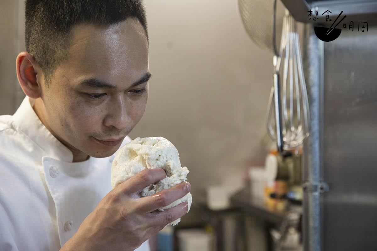 每天早上回來,林師傅需先照顧老麵種,「聞起來有股醋酸香,那就是理想的使用狀態了。」