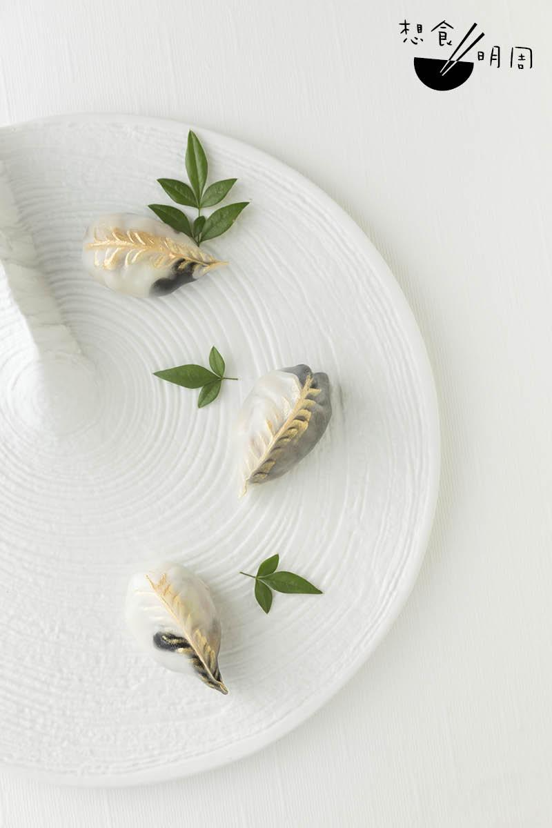 醬油鱈魚餃//將推出的點心款式。以竹炭粉做成黑麵皮,以模仿鱈魚的魚皮。鱈魚用日本醬油醃製,吃來鮮爽又多汁。($88/份)