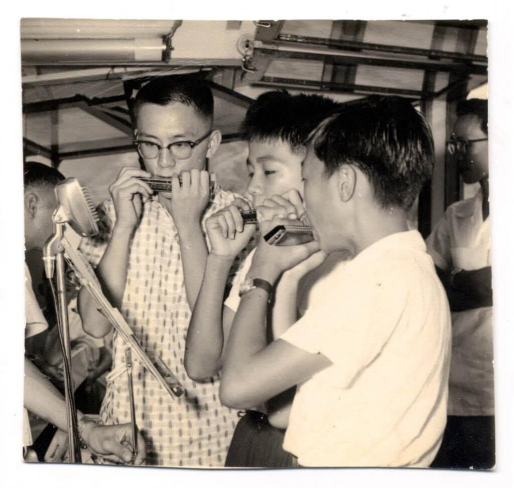 黃霑(左一),攝於一九五九年。他十一歲習口琴, 師從口琴家梁日昭。