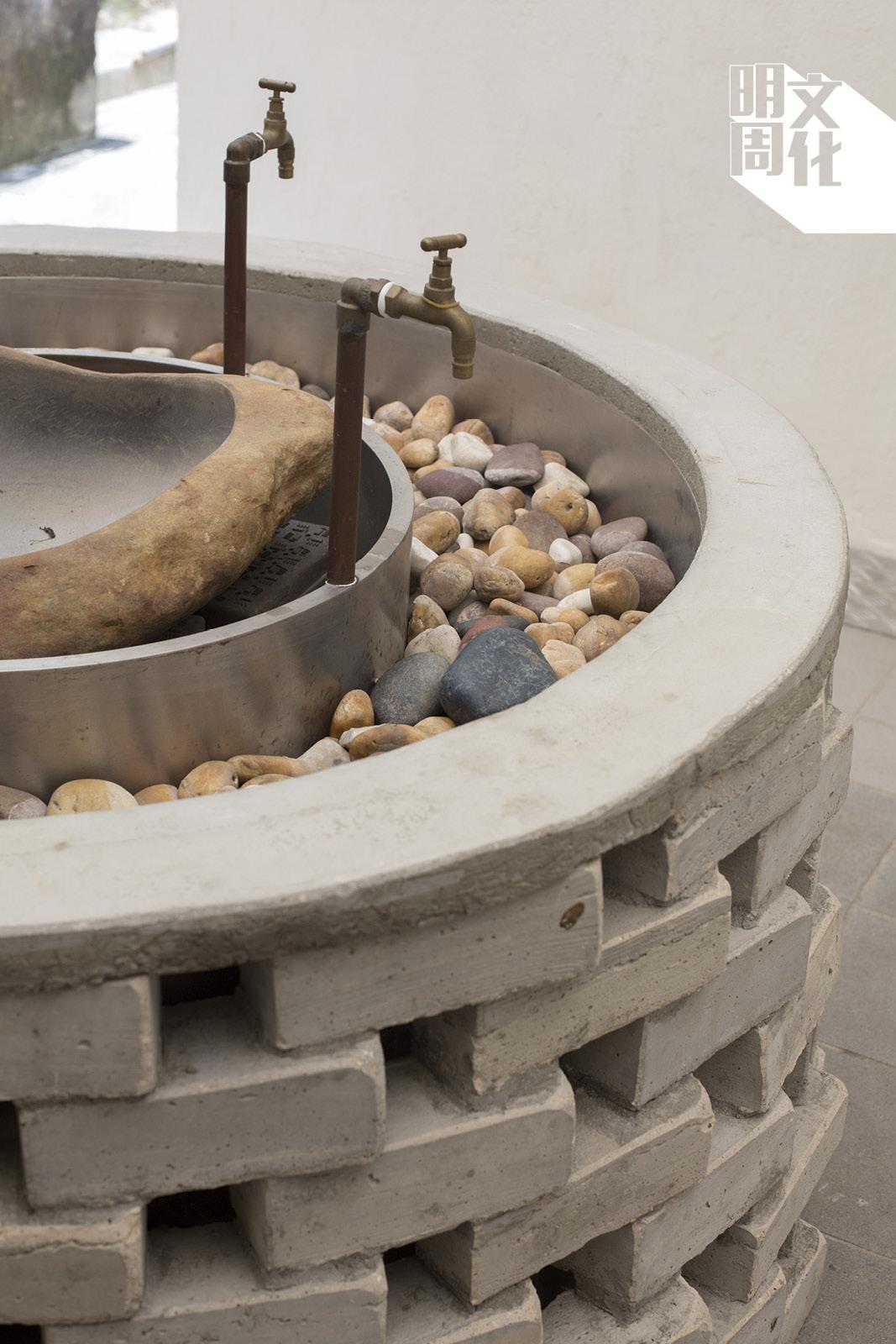 從前的水井變為用環保磚製成的水龍頭