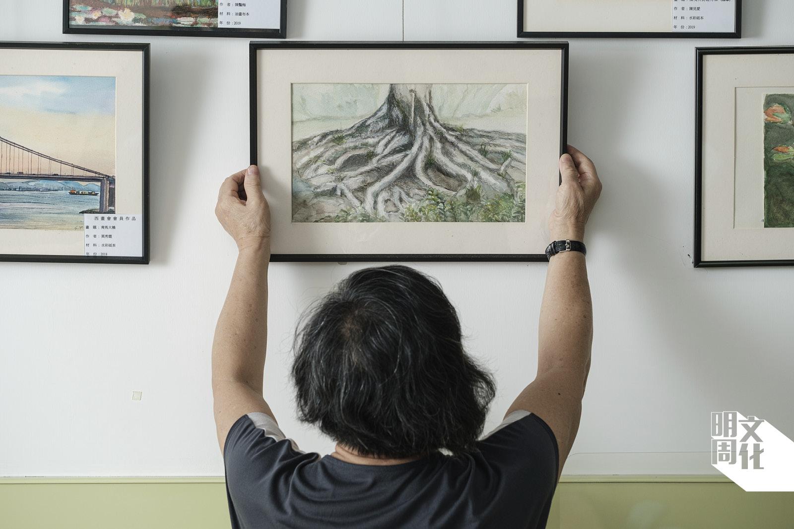那天,她畫的老榕樹的根。