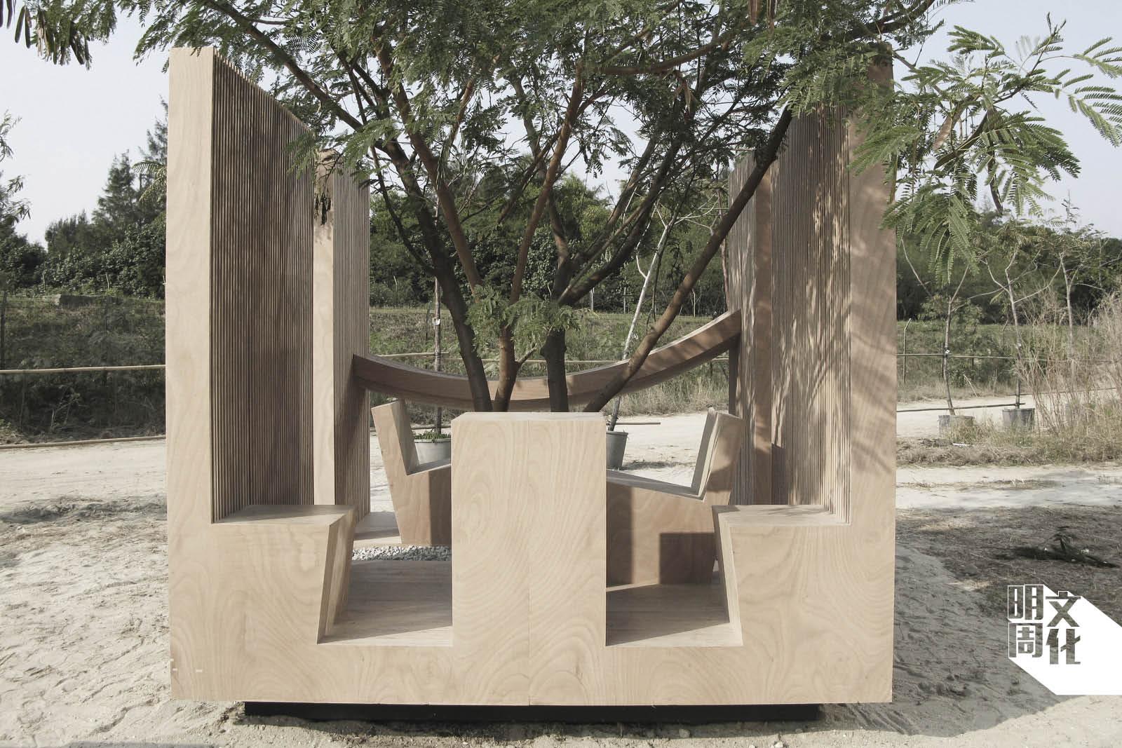 二○○九年為「深港城市\建築雙城雙年展」設計位於西九的公共裝置,讓公眾在樹下休憩。