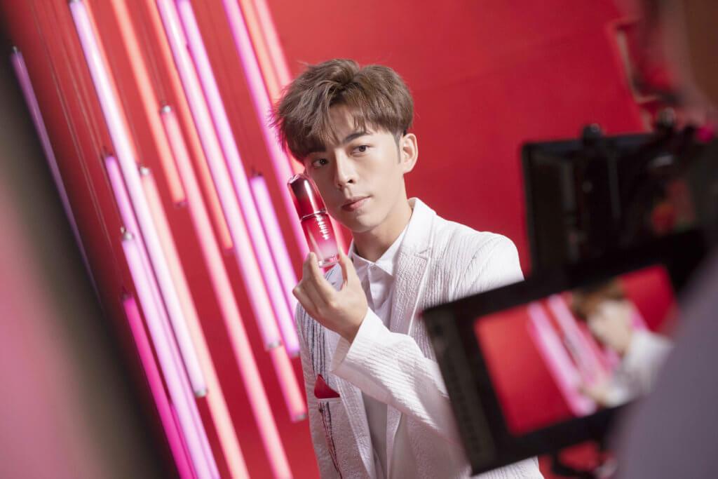 SHISEIDO WITH IAN & KEUNG TO & ANSON & EDAN 鏡仔們和鄧麗欣Stephy的劇集《男排女將》成熱話,Shiseido就找來其中幾位與姜濤拍攝皇牌免疫力精華的廣告,讓他們懸浮空中做出高難度動作,表達「肌膚心跳」的概念。