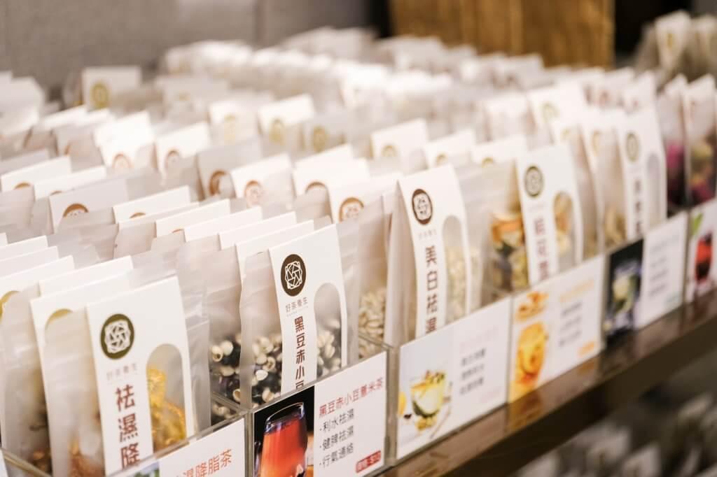 剛開業時品牌約提供十款養生茶包,後來聽取客人意見和配合市場需求,現增至約有十八款茶包。