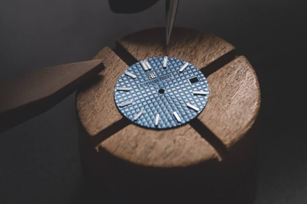 """新款18K白金腕錶搭配全新淺藍色""""Grande Tapisserie""""大型格紋錶面,藉助霜金工藝,錶殼及錶帶散發出夢幻的閃光。"""