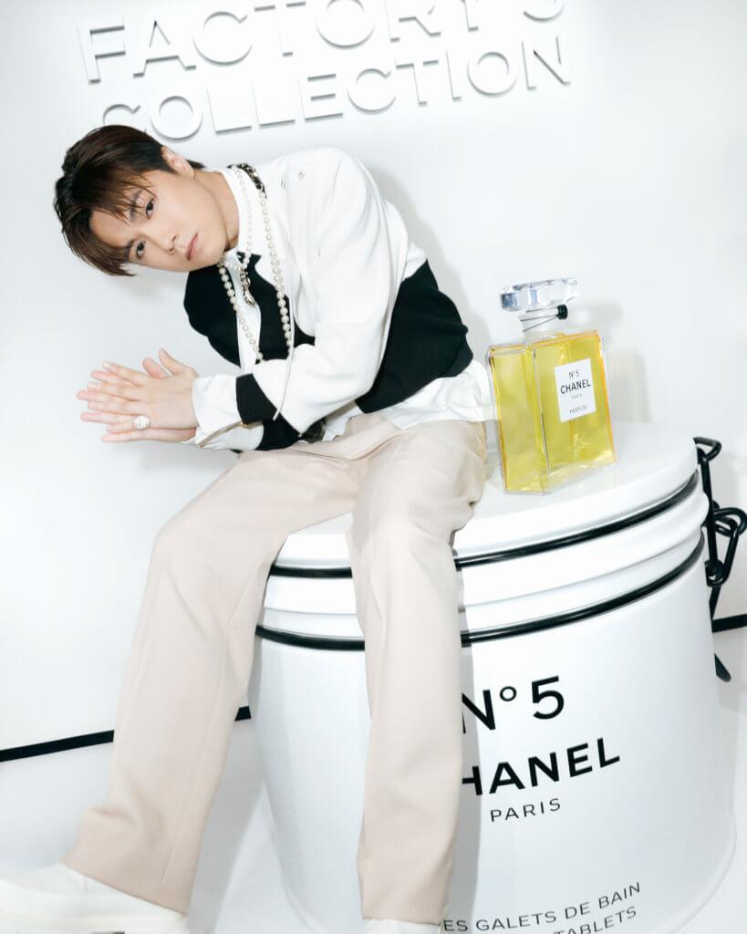 CHANEL FACTORY 5 WITH HINS Chanel經典N°5香水來到一百周年,如今變奏成Factory 5系列,不少男星如193、張敬軒、Anson Bean和Tyson Yoshi都獲邀到訪期間限定香水工廠,見證這個百年傳奇。