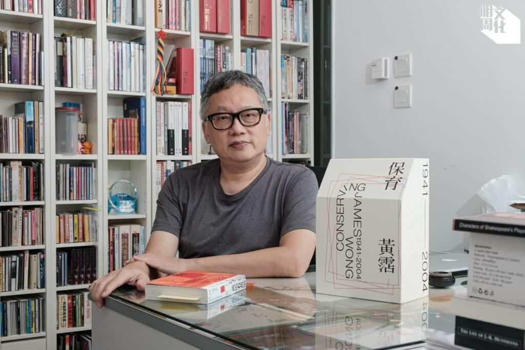 吳俊雄,香港流行文化學 者,在香港大學社會學系任 教多年。曾出版《普普香港: 閱讀香港普及文化,2000- 2010》(合編),及《此時此 處許冠傑》等著作。近年十 多年埋首整理黃霑書房遺物, 近期出版《保育黃霑》。
