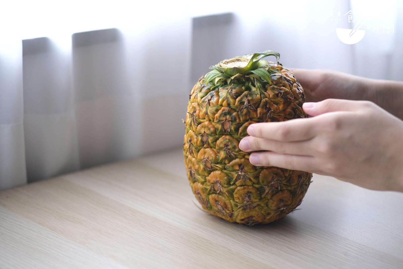 菠蘿以人手採摘及「無冠」形式出貨,所謂「無冠」,就是將已收割的葉冠重新種植,達到可持續種植效果。