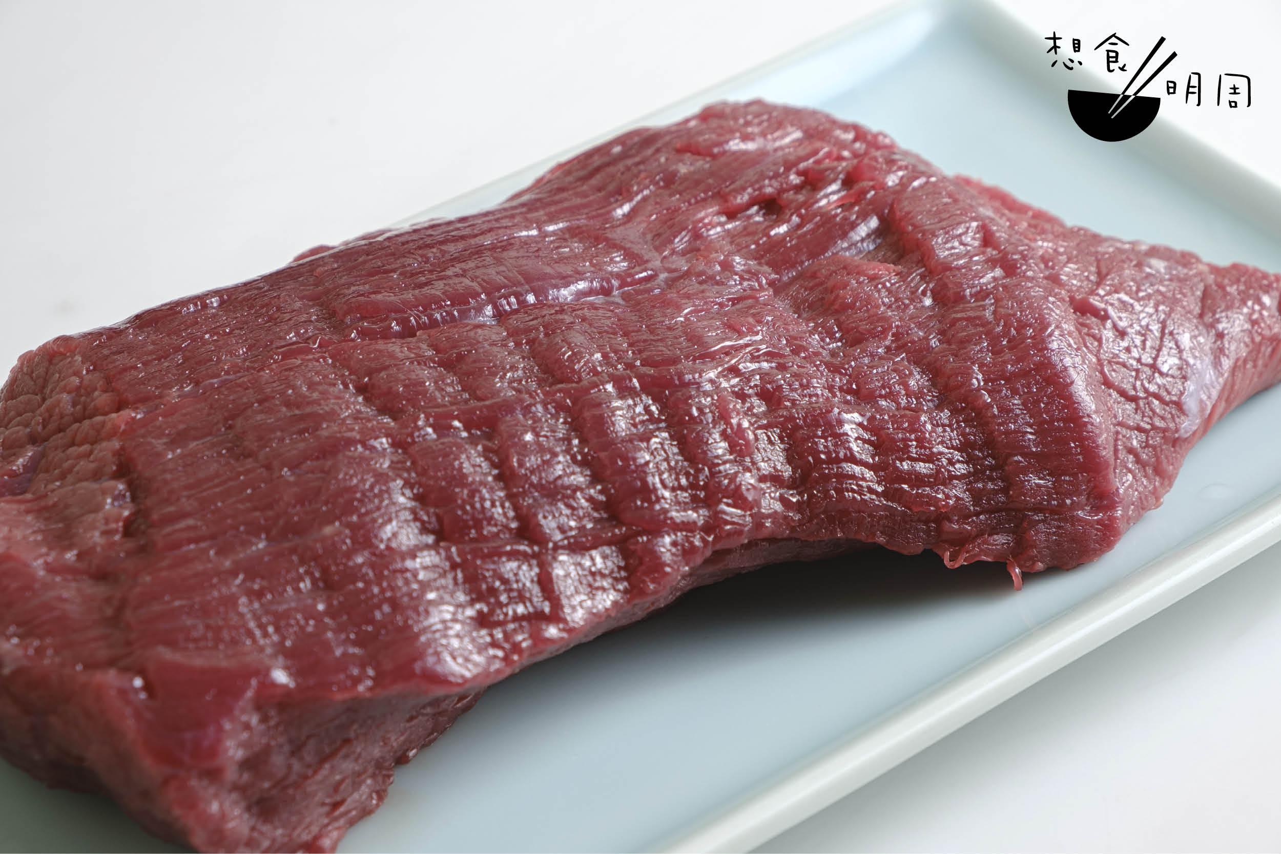 每日新鮮送抵的牛大腿內側,肉色暗紅。