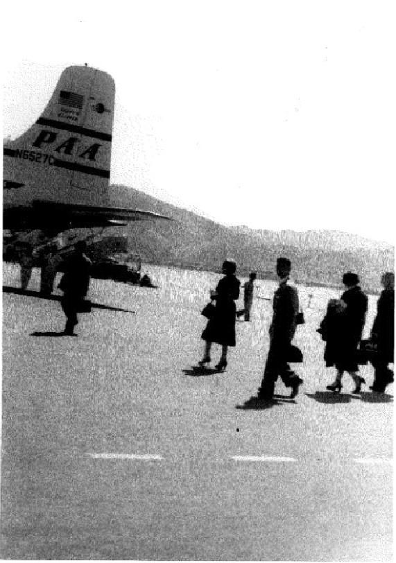 余英時於啟德機場搭飛機前往美國。(圖片出自《余英時回憶錄》)