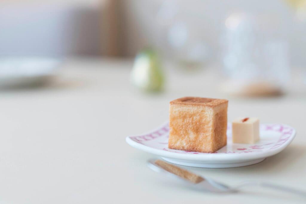 方形brioche配腐乳牛油方塊的 組合,平日會在晚市餐單中亮相。又或是事前預訂,一盒八 組($138)外購享用。