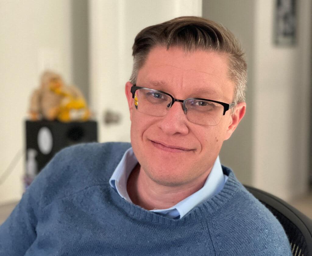 數碼藝術家Beeple(Mike Winkelmann),在世藝術家中作品售價最貴的第三位。(法新社)