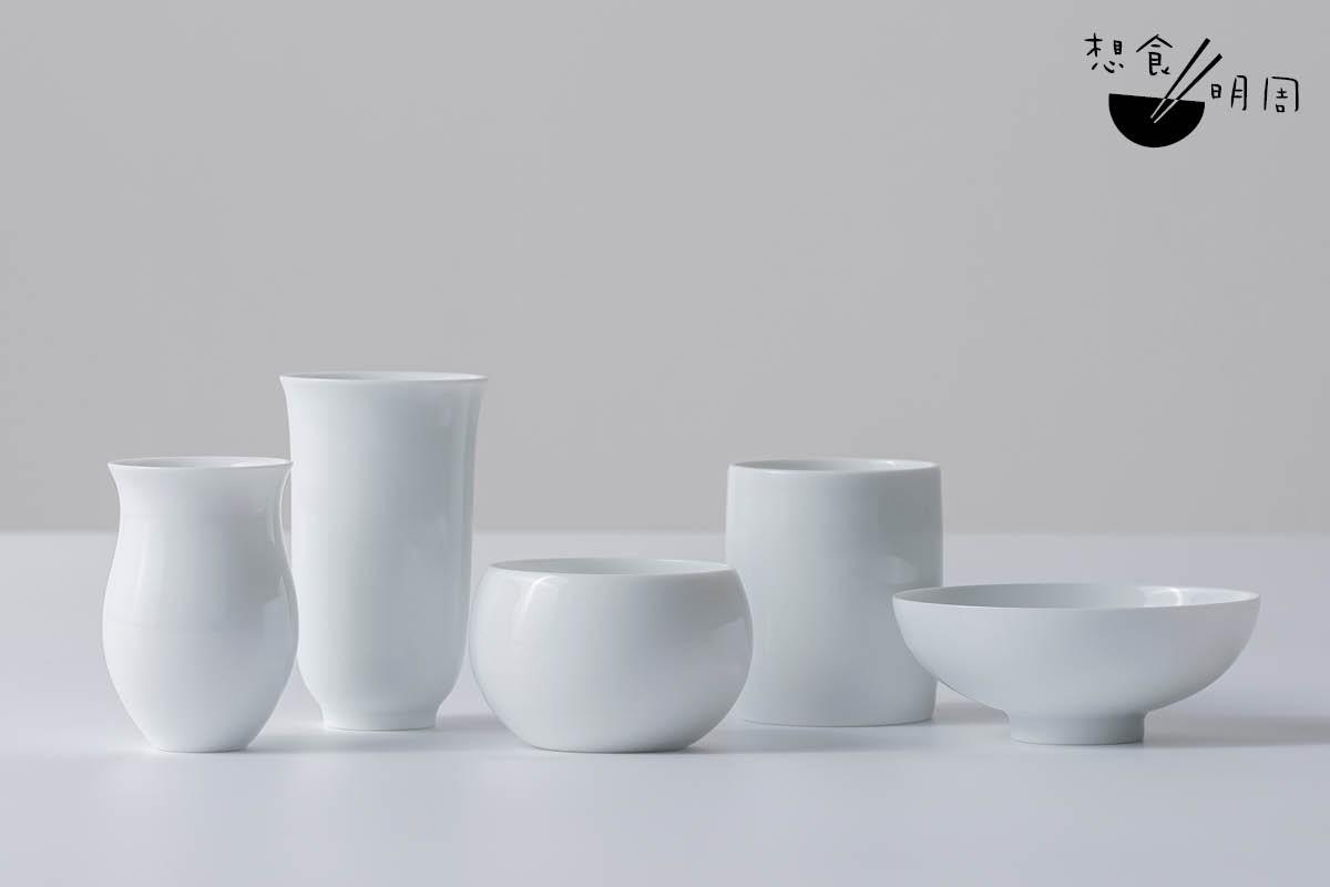 鑑賞家系列//一套共有五隻茶杯,分別為「花茶杯」、「烏龍茶杯」、「綠(黃和白)茶杯」、「紅茶杯」及「黑茶杯」。用景德鎮高嶺土製作。($1,380/套)