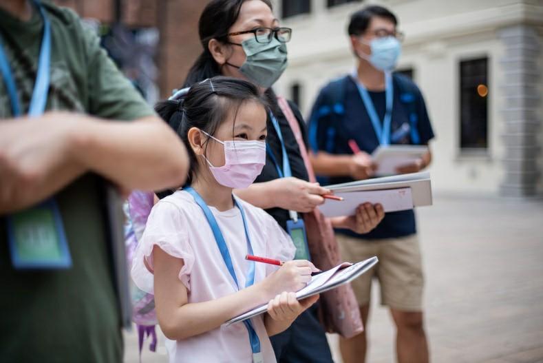 「考現日常」親子工作坊讓小小觀察員和家長利用觀察紀錄套裝記錄所見所聞,透過探索大館建築群將考現學融入日常生活。