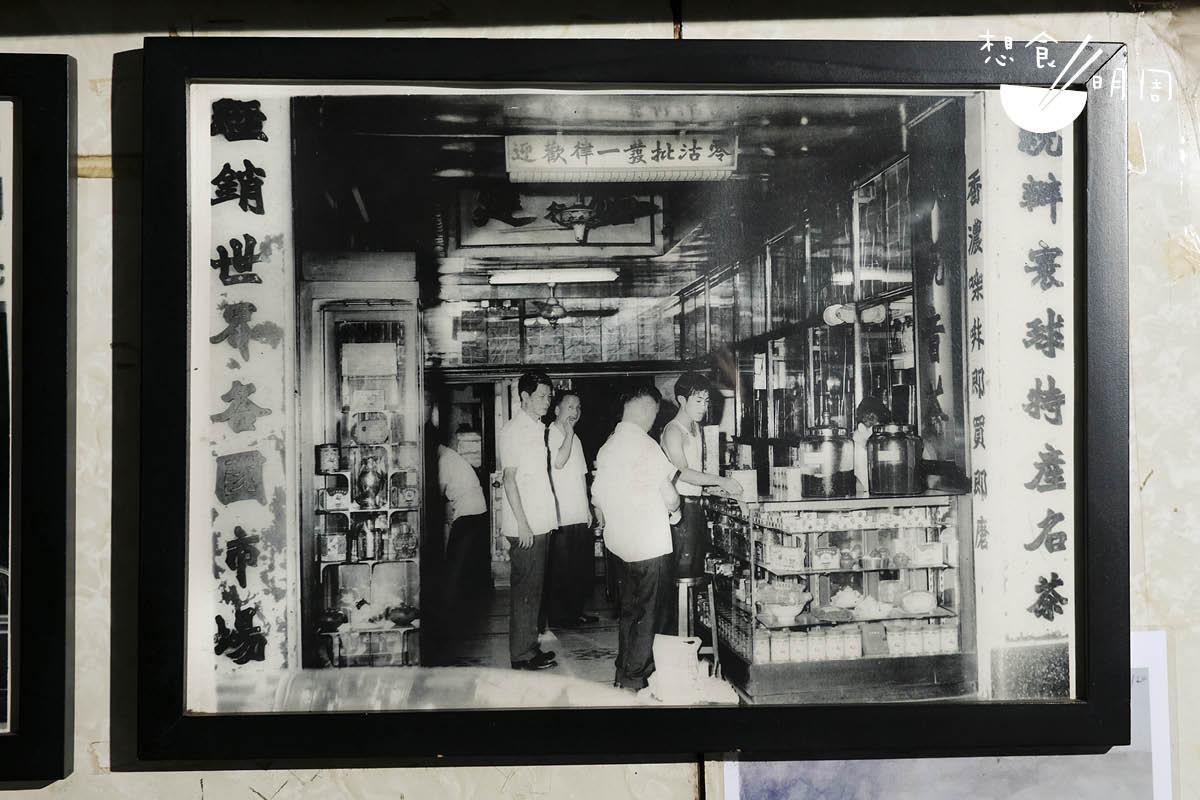 楊庭輝(右一)是福建茶行第二代接班人,少年時先在烘焙工場打好基本功,然後學習選茶、品質鑑定等,對福建茶葉的認識很深。
