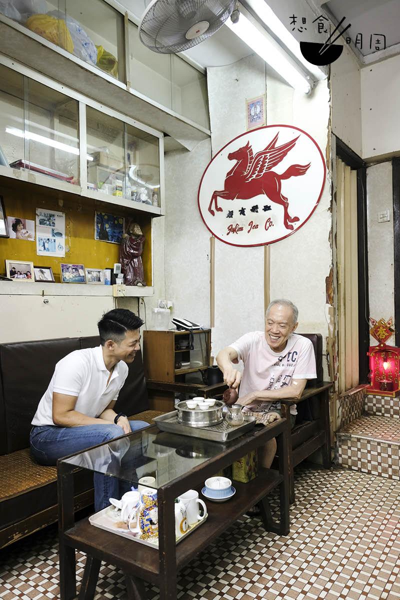 聊得興致高,楊庭輝(右)即席為謝淳光(左)沖泡濃香鐵觀音。