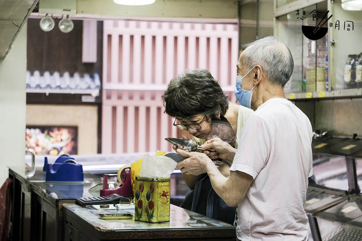 年過七十的楊庭輝,每天都會坐鎮店中,向客人講解福建茶文化。如有閒情,他也隨興為客人泡茶。