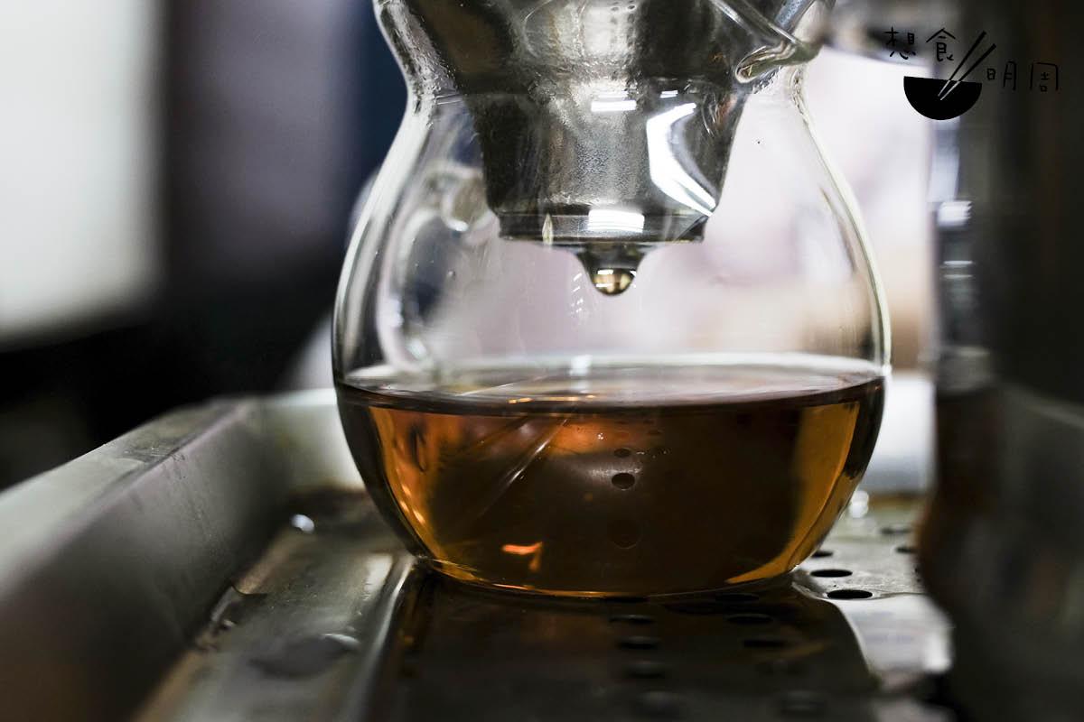 如果說,一葉知秋,那麼從這一滴茶,也能看出茶農、茶師對傳統的堅持。