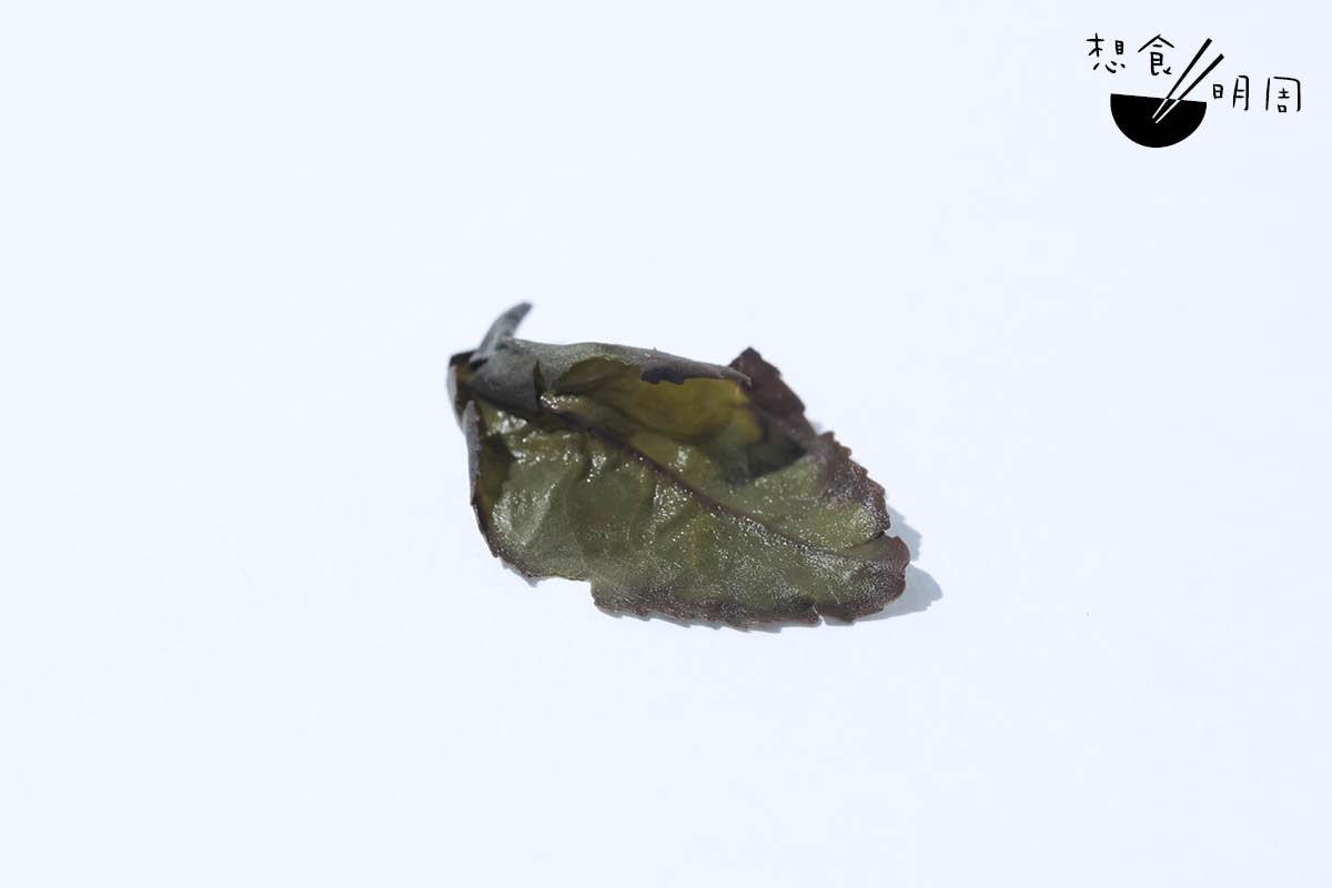 製作傳統鐵觀音,需經來回多次「搖青」,把茶搖「紅」、搖「香」,有助發酵。傳統鐵觀音要求「重搖」,於沖泡後觀葉底,即見「綠葉紅釀邊」。