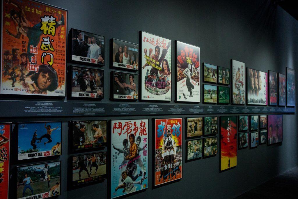 多張經典港產電影海報羅列於牆上。