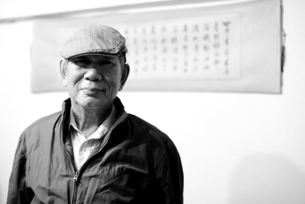 廖偉棠於蔡炎培的家中為詩人拍照存念。(圖片由廖偉棠提供)
