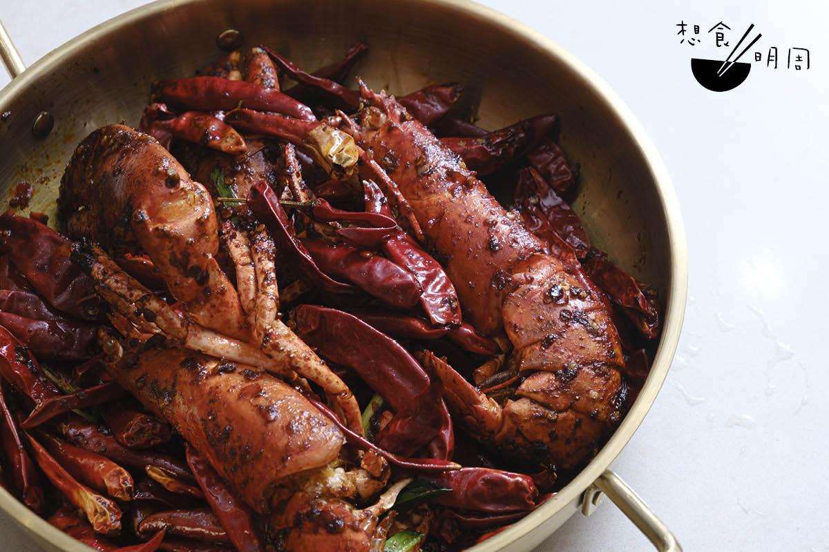 香辣龍蝦乾鍋// 一客一隻,龍蝦是街市鮮活貨色。建議加配椰菜花、蓮藕片、土豆片及紅薯粉,吸盡龍蝦精華。($228)